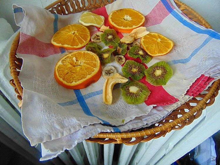 Domowej roboty suszone owoce na deser lub podwieczorek.