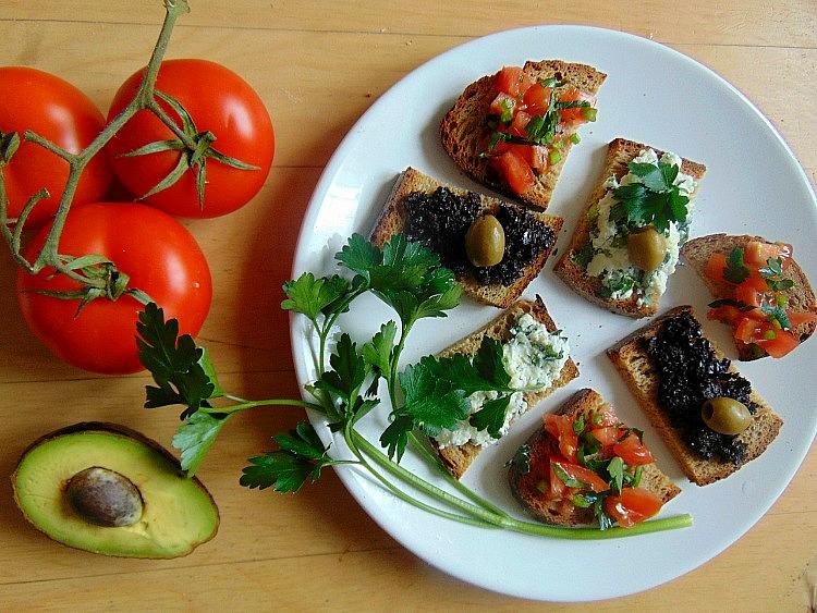 szybkie kanapki na imprezę co można zrobić z pomidorów