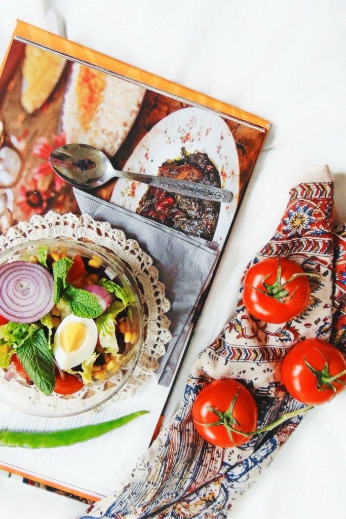 Easy Green Salad Recipes mexican salad. Sałatka meksykańska. Potrzebne nam będą: 100 g czerwonej fasolki (konserwowej, albo ugotowanej własnoręcznie, ale wtedy pamiętajcie o uprzednim zamoczeniu ją na całą noc przed ugotowaniem), 100 g kukurydzy, 2 czerwone cebule, 4 jajka, 4 cl oliwy z oliwek, sól, pieprz i zieolna papryka.