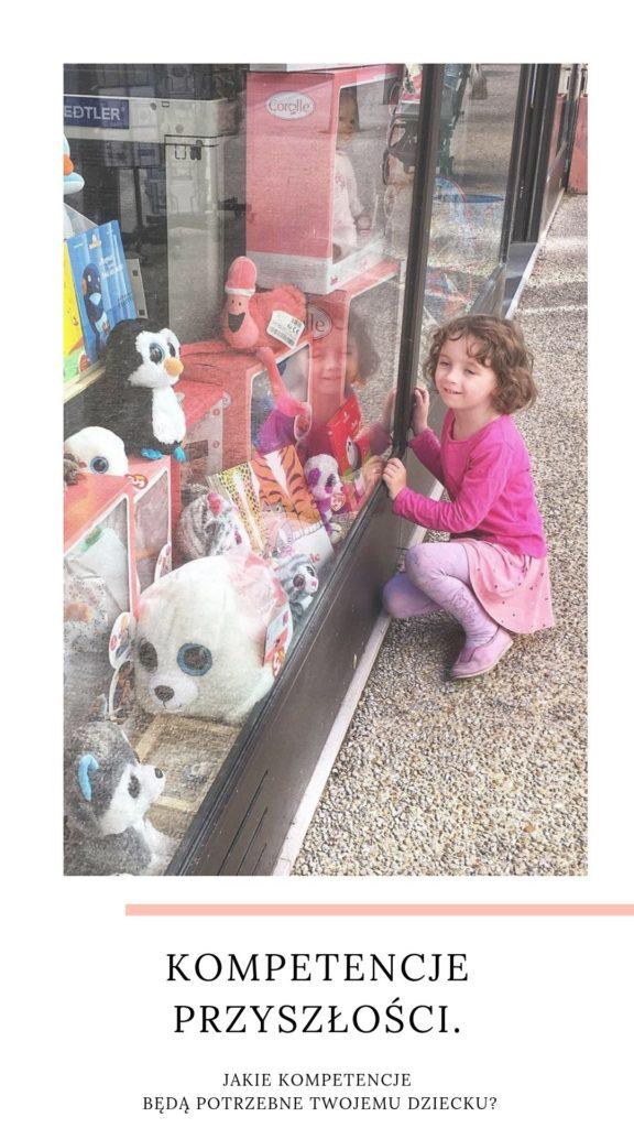dziecko przed sklepem